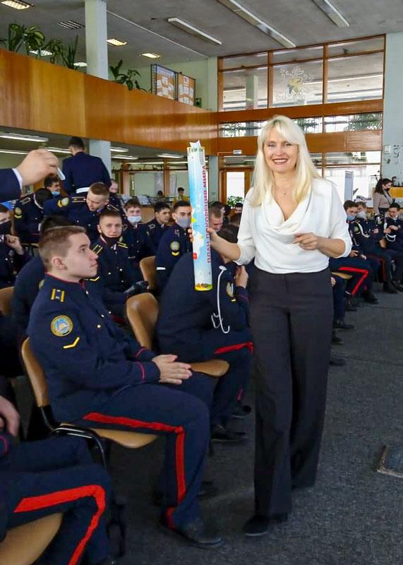 Наталья Цуканова с тубой и курсанты КГиМС