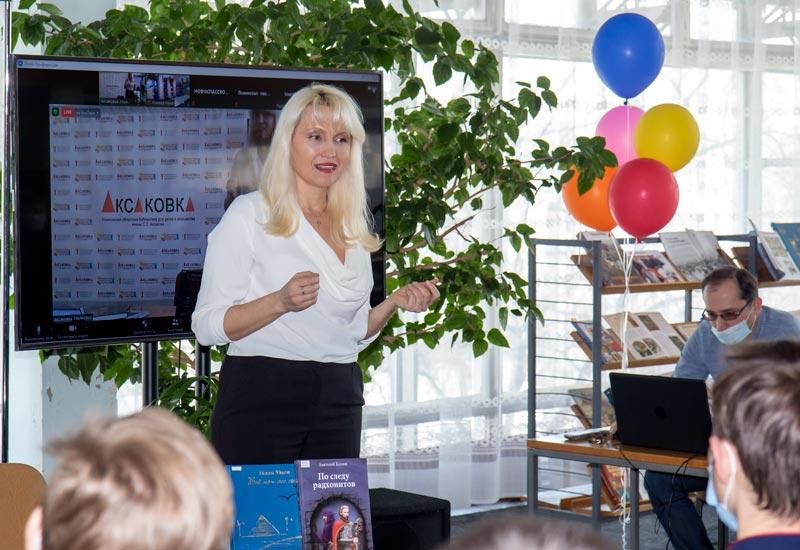 Наталья Цуанова выступает перед курсантами КГиМС